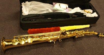 Sopraansax met koffer, draagband e.d, goudkleurig